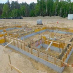 MOP prawy, wykonywanie ścian fundamentowych budynku toalet, km 21+150