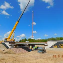 Układanie belek prefabrykowanych mostu drogowego MS-23, km 23+450