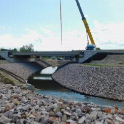 Układanie belek prefabrykowanych mostu drogowego MS-23, km 23+460