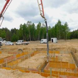 Wykonywanie ścian fundamentowych budynku toalet, MOP prawy, km 21+150