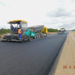 Wykonywanie podbudowy bitumicznej AC22P w km 23+000