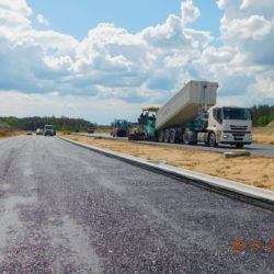 Wykonywanie podbudowy bitumicznej AC22P w km 21+000