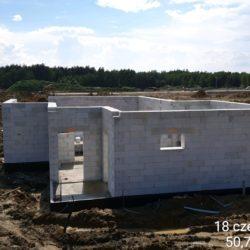 Roboty konstrukcyjne - murowanie ścian budynku na MOP Lewy 21+050