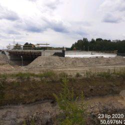 Wykonywanie zasypki przyczółka mostu nad rzeką Białka w km 23+440
